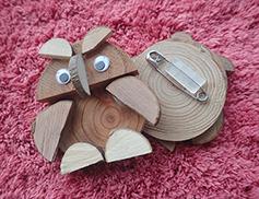 木のパーツを組み合わせてつくるバッジイメージ