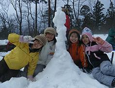 雪遊び・冬の森あるきイメージ